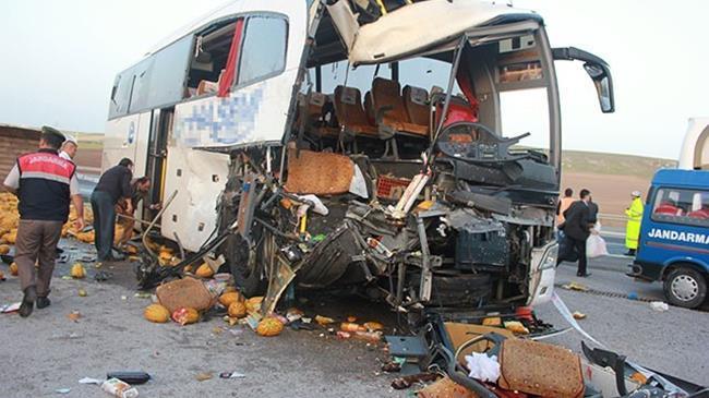 Yolcu otobüsüyle, kamyon çarpıştı: 1 ölü