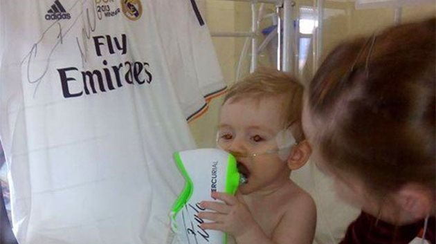 Ameliyat masraflarını karşıladığı Erik Ortiz Cruz adlı 10 aylık İspanyol bebeğin beyin ameliyatı sonrasında oluşan yara izlerinden etkilenen Ronaldo'nun bu sebeple aynı izden saçına yaptırdığı iddia edildi.  Portekizli yıldızın benzer şekilde ölümcül hastalığı bulunan birçok çocukla ilgilendiği ve sağlık masraflarını karşıladığı biliniyor.  10 aylık Erik Ortiz Cruz, ameliyat öncesinde Ronaldo'nun imzalı krampon ve formalarıyla poz vermişti.
