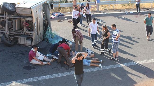 Turist otobüsü devrildi: 25 yaralı