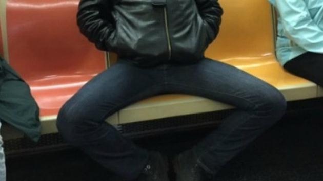 Metroda bacağını ayırıp oturan iki adam gözaltına alındı!