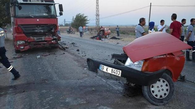 Hatay'da TIR'la çarpışan otomobil ikiye bölündü: 2 ölü