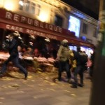 Fransa'nın başkenti Paris'te peş peşe silahlı ve bombalı saldırılar düzenlendi. 7 farklı noktada düzenlenen saldırılarda 130 kişi hayatını kaybetti. Fotoğrafta insanların, canlarını kurtarma telaşı görülüyor. Fotoğrafçı: DOMINIQUE FAGET Yer: Paris / Fransa Tarih: 13 Kasım  2015
