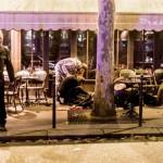 Paris'te düzenlenen koordineli terör saldırıları sonrası, Cafe Bonne Biere'de yerde yatan yaralı insanlar görülüyor.  Fotoğrafçı: ANTHONY DORFMANN Yer: Paris / Fransa Tarih: 13 Kasım  2015