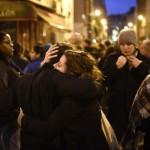 Paris saldırılarının gerçekleştiği mekanlardan biri olan Le Carillon isimli restoranda insanlar biraraya gelerek, acılarını paylaşıyor ve hayatını kaybedenleri anıyor. Fotoğrafçı: MARTIN BUREAU Yer: Paris / Fransa Tarih: 14 Kasım  2015