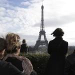 130 kişinin hayatını kaybettiği Paris terör saldırıları sonrası insanlar, kentin simgesi Eiffel Kulesi'ne doğru, 1 dakikalık saygı duruşunda bulunuyor. Fotoğrafçı: PHILIPPE WOJAZER Yer: Paris / Fransa Tarih: 16 Kasım  2015