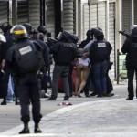 Paris terör saldırıları sonrası Fransız polisi operasyonlar yaparak, şüpheli kişileri gözaltına alıyor. Fotoğrafçı: KENZO TRIBOUILLARD Yer: Paris / Fransa Tarih: 18 Kasım  2015