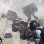 Polis memurları Kiev'deki çatışmalarda yaralanan meslektaşlarına yardım etmeye çalışıyor. Fotoğrafçı: YURIY KIRNICHNY Yer: Kiev / Ukrayna Tarih: 31 Ağustos 2015