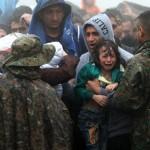 Sığınmacılar yağmur altında Yunanistan-Makedonya sınırında bekliyor. Fotoğrafçı: SAKIS MITROLIDIS  Yer: Yunanistan Tarih: 10 Eylül 2015