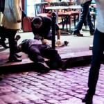 Paris saldırıları sonrası yaralı bir adama, kaldırım üzerinde ilk müdahale yapılıyor. Fotoğrafçı: ANTHONY DORFMANN Yer: Paris / Fransa Tarih: 13 Kasım 2015