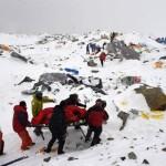 Ekipler Everest'te Çığ altında kalan dağcıları kurtarmaya çalışıyor. Fotoğrafçı: ROBERTO SCHMIDT Yer: Nepal  Tarih: 25 Nisan 2015