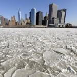 Staten Island feribotu, buzlar arasında ilerlerken, arkada Manhattan silüeti görünüyor. Fotoğrafçı: TIMOTHY A. CLARY Yer: New York / ABD Tarih: 25 Şubat 2015