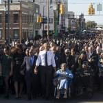 """ABD Başkanı Barack Obama ailesiyle birlikte sabah saatlerinde, Selma kentindeki """"Kanlı Pazar"""" yürüyüşüne katılıyor. Binlerce kişi 50 yıl önce aynı yerde, siyahların oy hakkı için yapılan yürüyüşe polisin müdahalesi sonucu yaşanan, """"Kanlı Pazar"""" olayını anmak için biraraya geliyor. Fotoğrafçı: SAUL LOEB Yer: ABD Tarih: 7 Mart 2015"""