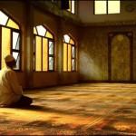 Haşr Suresi'nin son üç ayetindeki yüce isimler: Haşr suresinde geçen Yüce Allah'ın esması şunlardır: Allah, el-Alim, er-Rahman, er-Rahim, el-Melik, el-Kuddus, es-Selam, el-Mümin, el-Müheymun, el-Aziz, el-Cabbar, el-Mutekebbir, el-Halık, el-Bari, el-Musavvir, el-Aziz, el-Hakim ve bunlara işaret eden hüve (O anlamındaki zamir), sübhan, ilah ve diğer işaretler. Bu üç ayeti okuyan kişi, ismi azam duasına tesadüf etmiş olabilir. Çünkü Ebu Hureyre'nin (r.a.) bir rivayetinde Hz. Peygamber (s.a.v.) ismi azam'ın Haşr suresinin son üç ayetinde olduğunu bildirmektedir, der. Prof. Dr. Nihat Hatipoğlu