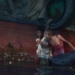 Myanmar'ın Arakan bölgesinden kaçan yüzlerce Müslüman, Tayland izin vermediği için günlerdir bir gemide aç ve susuz kalmış, çaresizlik içinde bekliyordu. Mürettebatın terkettiği ve motorun çalışmadığı teknede bulunan 350 kişi akıbetlerinden endişeli... Arakanlı Müslümanlar Taylandlı yardım helikopterinden atılan gıda yardımlarını yemeye çalışırken görülüyor.  Fotoğrafçı: CHRISTOPHE ARCHAMBAULT Yer: Tayland Tarih: 14 Mayıs 2015