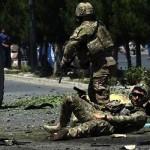 Yaralı bir NATO askeri, konvoylarını hedef alan intihar saldırısı sonrası, yaralanmış yerde yatarken fotoğrafçıyla adeta göz göze geliyor Fotoğrafçı: WAKIL KOHSAR Yer: Kabil / Afganistan Tarih: 30 Haziran 2015