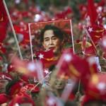 Myanmar'ın muhalif lideri Aung San Suu Kyi konuşma yaparken, destekçileri kendisini yalnız bırakmıyor. Fotoğrafçı: Ye Aung THU Yer: Myanmar Tarih: 1 Kasım 2015