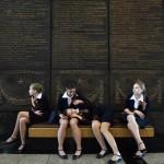 Kız öğrenciler müze önünde otururken görülüyor. Rusya  Nazi Almanyası'na karşı zaferin 70. yılını kutluyor. Fotoğrafçı: KIRILL KUDRYAVTSEV  Yer: Moskova / Rusya Tarih: 28 Nisan 2015