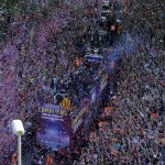 Barcelona futbol kulübü oyuncuları Juventus'u yenerek Şampiyonlar Ligi şampiyonu olduktan 1 gün sonra, taraftarlarıyla biraraya gelerek, zafer turu atıyor. Fotoğrafçı: JOSEP LAGO Yer: Barcelona / İspanya Tarih: 7 Haziran 2015