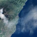 Yanardağdan çıkan lav ve kül, kilometrelerce uzaktan görülüyor.