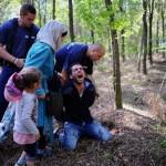 Sığınmacı bir baba Macaristan-Sırbistan sınırında gözaltına alınıyor. Fotoğrafta babanın isyan çığlığı görülüyor. Fotoğrafçı: ATTILA KISBENEDEK Yer: Macaristan Tarih: 28 Ağustos 2015