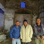 İşçi Mehmet Yazar (ortada), defineyi bulduğu sırada yanında olan arkadaşlarıyla birlikte açıkalamalarda bulundu.