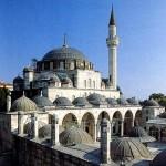 Kanuni Sultan Süleyman döneminde Mimar Sinan tarafından inşa edilen Sokullu Mehmet Paşa camiinde 6 parçanın 4'ü yer almaktadır. Bunlardan ilki giriş mahfilinin altındadır. Dikdörtgen taş 2x3 cm. uzunluğundadır.