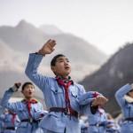Beichuan Kızıl Ordu İlkokulu öğrencileri, şarkı söylüyor. Aile Planlaması Komisyonu, vazgeçilen tek çocuk politikasıyla Çin  nüfusunun 2030'da 1.45 milyara ulaşacağını ve her yıl ortalama 20 milyon doğumun beklendiğini belirtti.  Fotoğrafçı: FRED DUFOUR Yer: Çin Tarih: 21 Ocak 2015