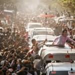 Myanmar'ın muhalif lideri Aung San Suu Kyi destekçilerini selamlıyor. Fotoğrafçı: YE AUNG THU Yer: Myanmar Tarih: 13 Şubat 2015