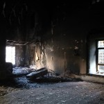 Vatandaşlar, teröristler tarafından yakılan tarihi camiye gittiklerinde tahribatı gördüklerinde üzüntü yaşadı.