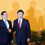 Çin Başkanı Xi Jinping (sağda) Tayvan Başkanı Ma Ying-jeou ile el sakışıyor. İki ülke lideri 66 yıl sonra ilk kez görüştü. Fotoğrafçı: ROSLAN RAHMAN Yer: Singapur / Endonezya Tarih: 7 Kasım 2015
