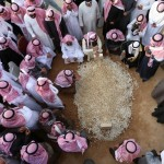 İnsanlar Suudi Arabistan Kralı Abdullah'ın mezarı etrafında toplanarak yas tutuyor. Kral Abdullah zatürre nedeniyle hayatını kaybetmiş, yerine üvey kardeşi Prens Selman Bin Abdülaziz geçmişti. Fotoğrafçı: MOHAMMED MASHHUR Yer: Riyad / Suudi Arabistan Tarih: 23 Ocak 2015