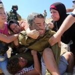 Filistinli protestocular, İsrail askeri tarafından alıkonan bir çocuğu kurtarmak için, onunla mücadele ediyor. Fotoğrafçı: ABBAS MOMANI Yer: Batı Şeria Tarih: 28 Ağustos 2015