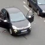 Paris'te 7 Ocak'ta Charlie Hebdo dergisine saldırıyla başlayan ve 3 gün devam eden 3 ayrı terör saldırısında toplam 17 kişi hayatını kaybetmiş, polis operasyonlarında 3 saldırgan ölü ele geçirilmişti. Saldırganlar ellerindeki otomatik silahlarla amatör kameraya böyle yansıyor. Fotoğrafçı: JORDI MIR Yer: Paris / Fransa Tarih: 7 Ocak 2015