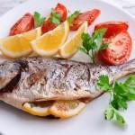 3. NASIL PİŞİRMELİ?  Proteinleri öldürene kadar pişirmeyin: Proteinler ısı ile denatüre oluyor. Bir başka deyişle balıktaki proteinin vücudunuz için bir yararı kalmıyor. Bu nedenle ızgara ya da fırında pişirme yöntemleri gibi daha sağlıklı pişirme tekniklerini kullanırken balığı hafif sulu kalacak şekilde, çok kızartmadan pişirme işlemini tamamlayın. Şekerli, kremalı, soyalı soslar kullanmayın: Balık tek başına lezzetli bir besin. Şekerli, kremalı, soyalı soslar yerine limonlu ve sebzeli garniler ile birlikte fırın poşetinde pişireceğiniz balıklar daha sağlıklı ve lezzetli olacaktır.  Buhar yöntemini tercih edin: Protein ve yüksek ısı ile kayba uğrayan vitamin ile mineraller pişirme suyuna geçmeyip balıkta kalacağı için balığı buhar yöntemiyle pişirin. Tercih küçük balıklardan yana olunca daha çok uygulanan bir pişirme yöntemi olan kızartma daha sık kullanılıyor. Bu nedenle küçük balıklar yerine büyük fleto balıkları tercih edebilirsiniz.