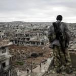 25 yaşındaki Kürt genci Musa, harabe haline gelmiş Kobani'yi seyrediyor. Fotoğrafçı: BÜLENT KILIÇ Yer: Kobani / Suriye Tarih: 26 Ocak 2015