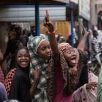Yüzlerce Nijeryalı Mohammadu Buhari'nin kazandığı başkanlık seçiminin sonuçlarını kutluyor. Fotoğrafçı: NICHOLE SOBECKI Yer: Nijerya Tarih: 31 Mart 2015