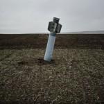 Ukrayna'da toprağa saplanmış ancak patlamamış bir roket görülüyor.  Fotoğrafçı: NICOLAS MILETITCH Yer: Ukrayna Tarih: 7 Nisan 2015