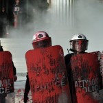 Atina Üniversitesi dışında polisle çatışan protestocu grup, polise boya fırlatarak tepkisini gösteriyor. Protestocular siyasi mahkumların serbest bırakılmasını ve anti-terör yasasında değişiklik talep ediyor. Fotoğrafçı: ARIS MESSINIS Yer: Yunanistan Tarih: 16 Nisan 2015