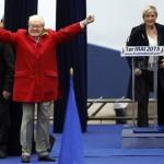 Fransız aşırı sağcı Ulusal Cephe/Front National (FN) Partisinin kurucusu ve onursal başkanı Jean-Marie Le Pen, Jean D'arc heykeline çelenk konması sırasında, Femen aktivistleri tarafından protesto edilmeden önce destekçilerini selamlıyor. Fotoğrafçı: KENZO TRIBOUILLARD Yer: Paris / Fransa Tarih: 1 Mayıs 2015