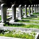 """Kabir suali haktır: Hz. Peygamber (s.a.v.) mezara gömülen bir sahabesi için; """"o şu an sorgulanıyor. Onun için dua edin"""" buyurmuştur. Amr bin As (r.a.) vefat etmeden önce çocuklarına; """"ben mezara gömüldükten sonra hemen burayı terk etmeyin. Zira ben içeride sorguya çekildiğimde sizin varlığınızı hissedip cesaret alırım!"""" demiştir. Mezardaki sorguyu -sorgucu melekler- münker ve nekir yapacaklardır. Orada; """"Rabbin kim, Peygamberin kim, dinin ne"""" gibi sorular sorulacaktır. Mümin bu sorulara doğru cevap verecek. Kâfir ve zalim ise cevap veremeyecektir. (İbrahim Suresi, 27. Ayet buna işarettir. Ayrıca şu kaynaklara bakılabilir; Buhari, Tefsir, Sure, 14; İbn Mace, Zühd, 32; Şerhu Akad, Ist, 133-134; İbn Kesir, 46.Ayet tefsiri) Nitekim İbrahim suresi 27. Ayet ile mümin suresi 46. Ayetin kabir suali ve azabına delil olduğunu akait ve tefsir alimleri söylemişlerdir."""