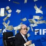 Leen Nelson isimli İngiliz komedyen, adı yolsuzluklara karışan FIFA Başkanı Sepp Blatter'in yüzüne doğru para fırlatarak onu protesto ediyor.  Fotoğrafçı: FABRICE COFFRINI Yer: Zürih / İsviçre Tarih: 23 Ekim 2015
