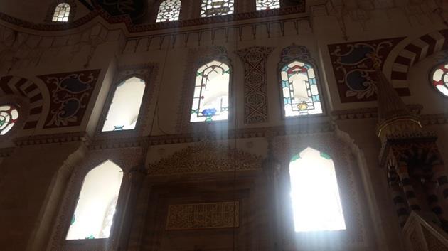 Patlamanın etkisiyle camiinin cam işlemeleri hasar gördü.