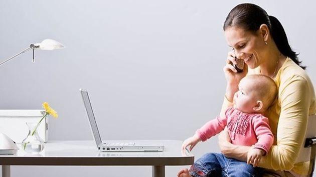 çalışan anne-anne-bebek
