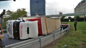 Başakşehir Tem'de TIR devrildi trafik felç oldu!